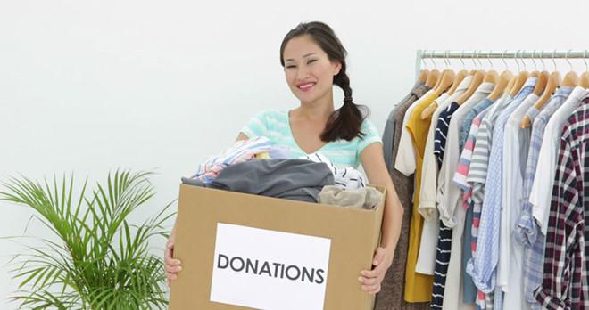 Sau khi dọn dẹp nhà cửa, soạn ra những vật dụng không còn dùng nữa, bạn sẽ có món quà nho nhỏ gửi đến những gia đình có hoàn cảnh khó khăn hơn. (Ảnh: Shutterstock)