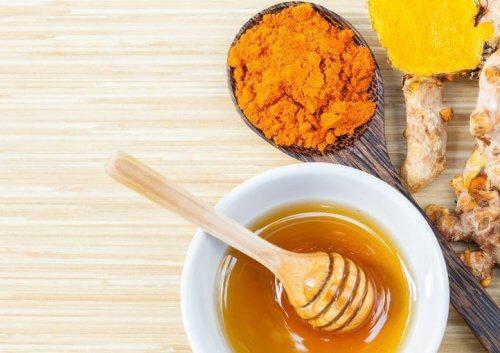 Đặc trị thâm mắt cấp tốc từ kem nghệ và mật ong